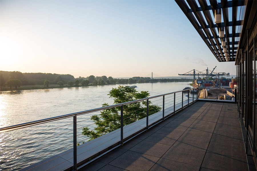 Blick von der Bonner Dachterrasse auf den Rhein