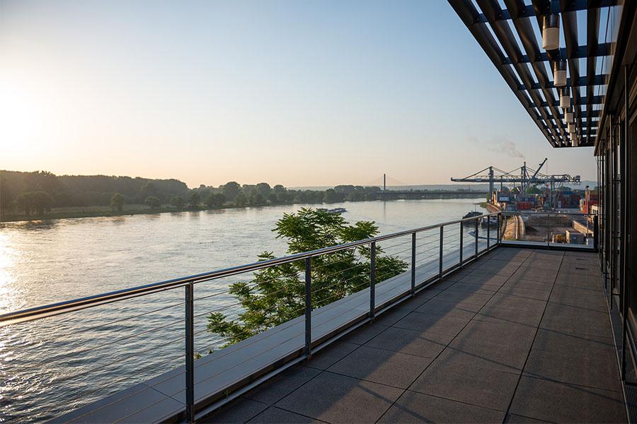 Blick von der Dachterrasse auf den Rhein und die Nordbrücke im Hintergrund