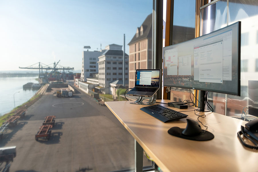 Blickwinkel über einen Schreibtisch durch ein großes Fenster auf den Bonner Hafen