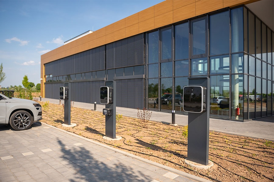 Es stehen Ladesäulen für E-Autos und E-Bikes zur Verfügung