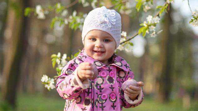 Kind mit Ostereiern