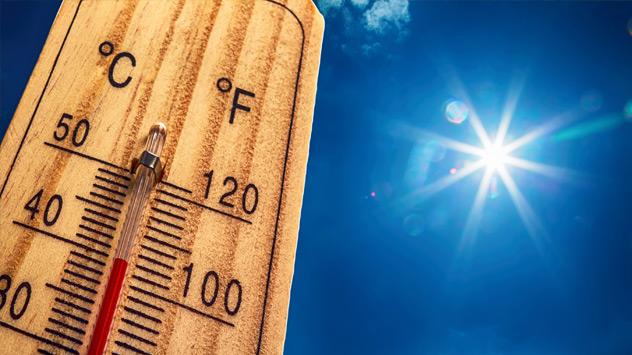 Ein Thermometer steigt bei Sonne auf 40 Grad