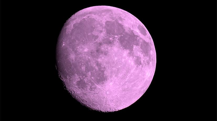 So pink wie in dieser Fotomontage sieht der Mond sicherlich nicht aus.