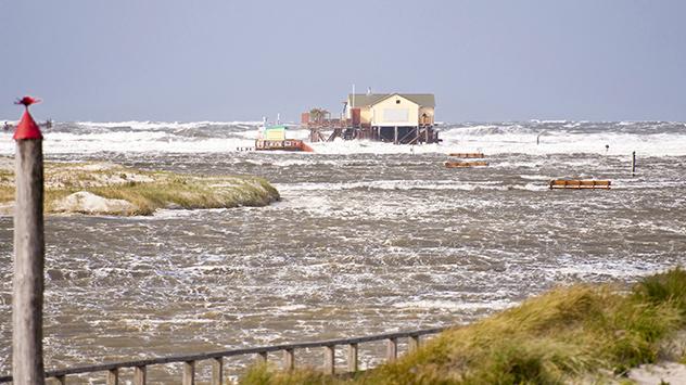 Durch den Anstieg des Meeresspiegels fallen Sturmfluten heute höher aus.